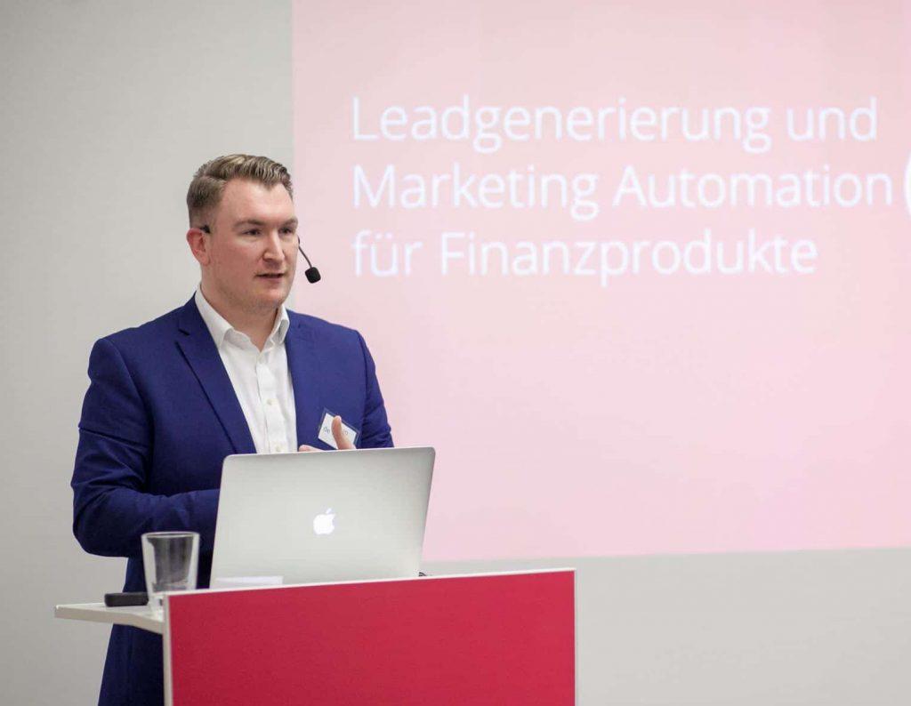 Philipp de la Haye bei einem Vortrag vor Experten aus der Frankfurter Finanzbranche